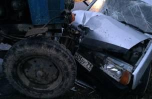 В Смоленской области «ВАЗ» влетел в трактор. Трое человек госпитализированы