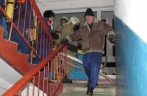 Из-за пожара в смоленской многоэтажке были эвакуированы десять человек
