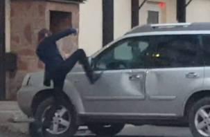 Житель Сафонова отправился во все тяжкие и избил… машину