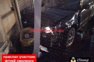 В Смоленске на Колхозке иномарка снесла забор и врезалась в здание