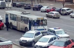 В Смоленске из троллейбуса выпала пассажирка