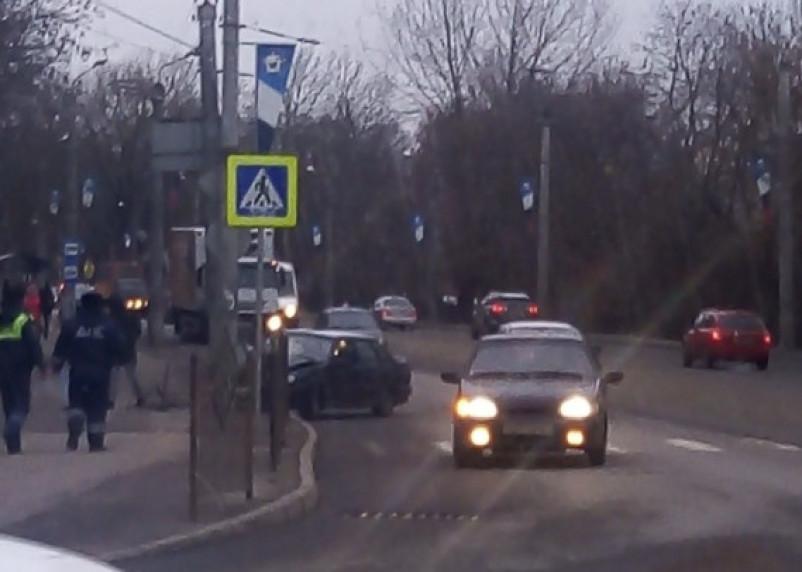 В Смоленске «пятнашка» протаранила забор возле «зебры» и врезалась в столб