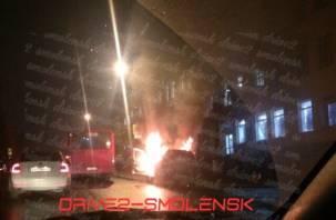 В Смоленске на глазах автомобилистов горит «Нива»