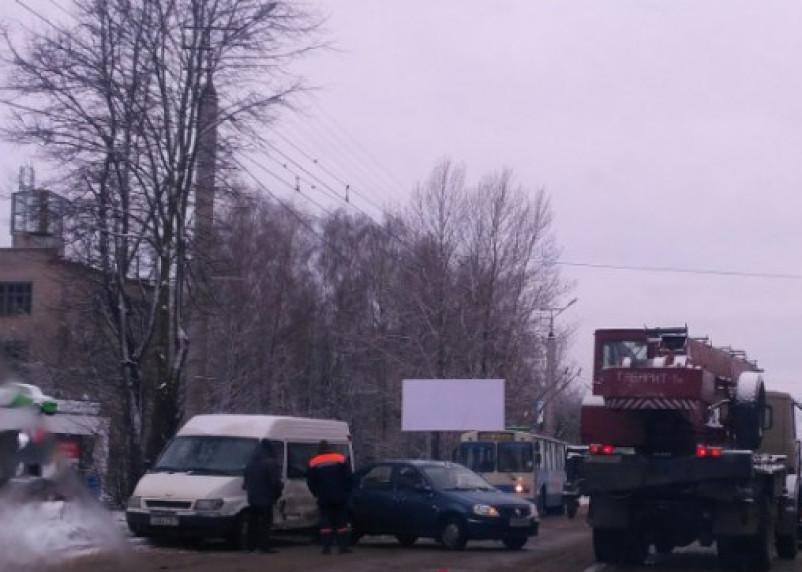 «Пробка собирается знатная». Авария в Смоленске заблокировала движение транспорта