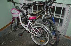 У смолянина из подъезда украли велосипед, самокат и детские санки