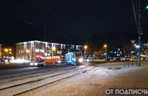 В Смоленске иномарка подрезала трамвай. Пассажирка в больнице, общественный транспорт стоит
