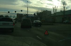 Причина пробки: в Смоленске столкнувшиеся автомобили мешают проезду