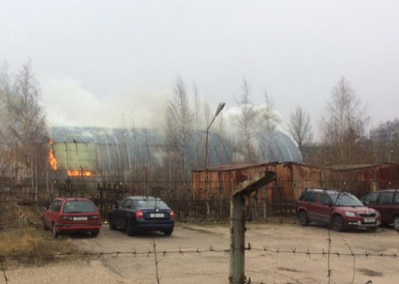 «Склад горит на стоянке Кристалла». Фото и видео пожара попало в Сеть