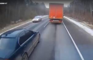 Лихач на «БМВ» чуть не устроил лобовое ДТП и провоцировал аварию с фурой под Рославлем