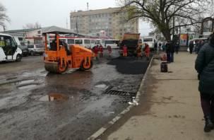 На площади Желябова в Смоленскекладутасфальт в самые убитые ямы