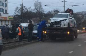 И снова дамба: серьезная авария на улице Нахимова в Смоленске попала на видео