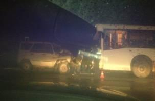 Под Смоленском пассажирский автобус лоб в лоб столкнулся с УАЗом