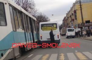В Смоленске на улице Тенишевой столкнулись трамвай и маршрутка