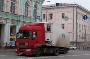 Фура перекрыла центр Смоленска