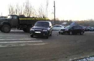 В Вязьме «ЗИЛ» снес два автомобиля