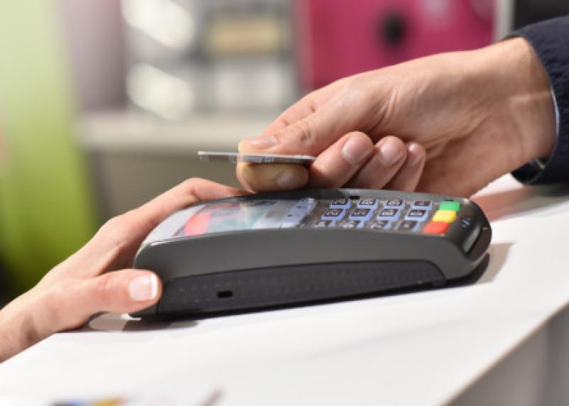 Сроки перенесены. В РФ отложили введение обязательной оплаты по картам в магазинах