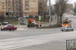 Рабочие моменты. В Смоленске на «пяти дорогах» меняют светофор