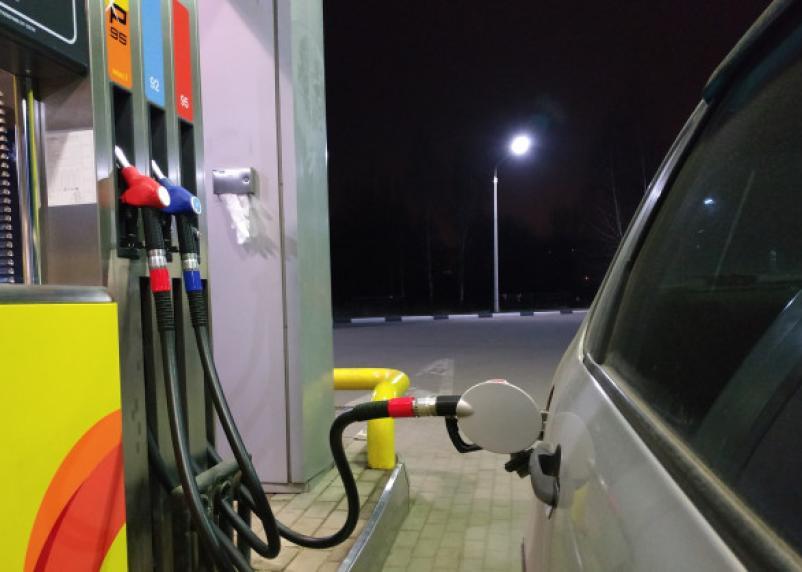 В Смоленском районе водителя обворовали на заправке