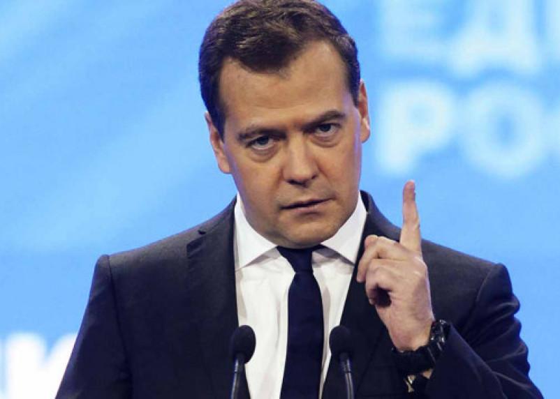 Дмитрий Медведев пригрозил нефтяникам в случае повышения цен на бензин