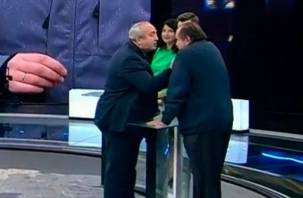 «Я еще печень умею прощупать». На «России 1» показали, как сенатор от Смоленщины распускает руки