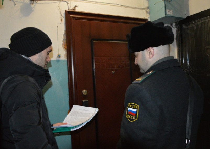 В Смоленске судебные приставы восстановили права женщины на проживание в доме