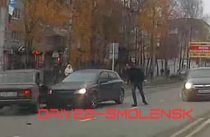 В Смоленске ВАЗ вылетел на встречку и протаранил авто