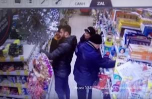 В Сети появилось видео грабежа в магазине Смоленской области