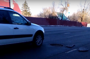 В Смоленске расколотая крышка люка представляет опасность для автомобилистов