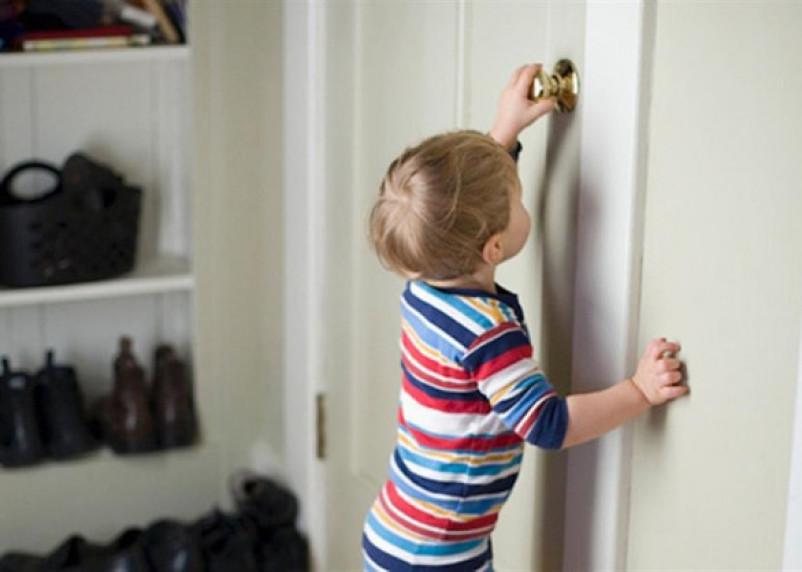 В Смоленске двухлетний малыш заперся в квартире, оставив мать на лестнице