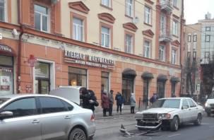 «Осколки по всей дороге». В Смоленске произошла серьезная авария