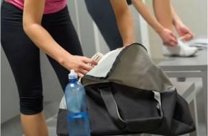 В Смоленске девушку обокрали в спортзале, пока она тренировалась