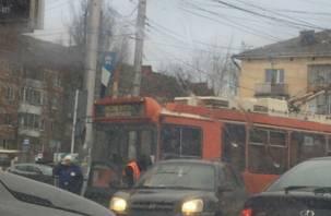 «Движение затруднено». В Смоленске троллейбус столкнулся с иномаркой