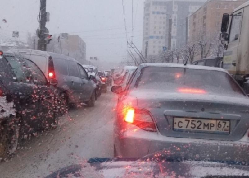 В Сети появилось видео массовой аварии на улице Кирова в Смоленске