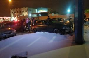 В Смоленске на Шевченко машина протаранила стойку возле заправки. На месте скорая