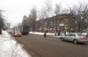 В Смоленске женщина попала под колеса грузовика