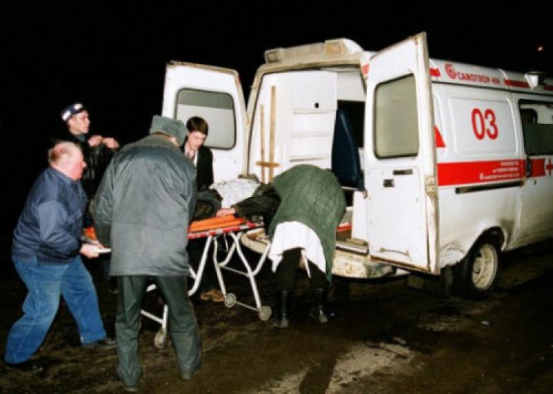 В Смоленске ВАЗ протаранил столб. Два человека госпитализированы