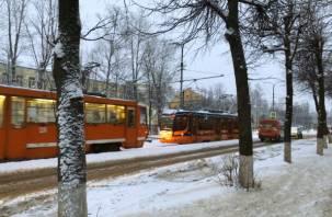 «Новогодний» трамвай в Смоленске пришел на помощь к коллеге