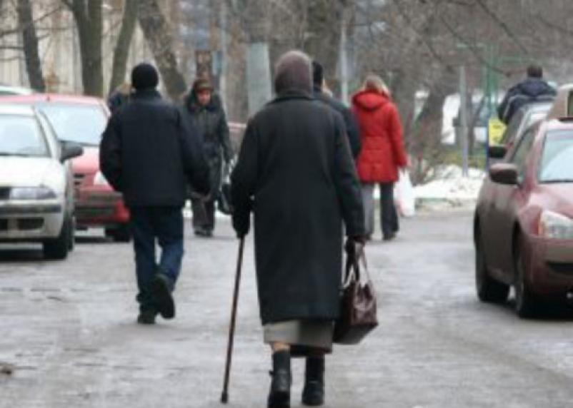 В Смоленске средь бела дня у бабушки отобрали сумку с последними деньгами. Прохожий поймал грабителя