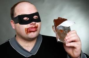 Объелся шоколада: в Смоленской области поймали вора-сладкоежку