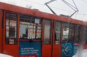 В Смоленске пассажир разбил стекло в трамвае и ушел. В Сети появилось фото