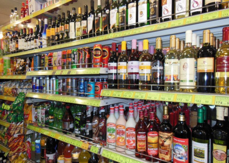 Смолянка дважды попалась на продаже алкоголя несовершеннолетним в супермаркете
