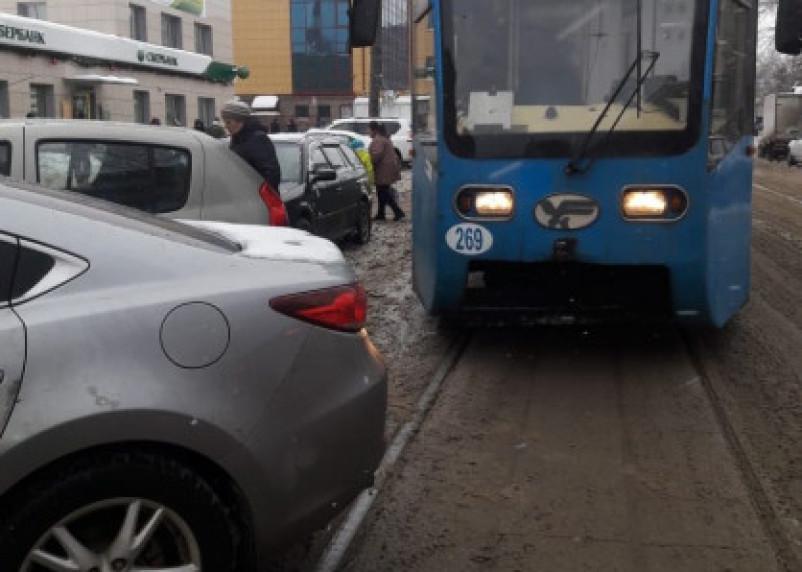 «И пусть весь мир подождёт». Смоленский автомобилист бросил машину на трамвайных рельсах и пошёл по делам