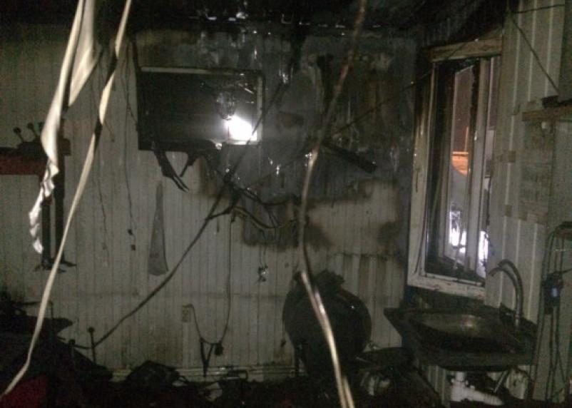 Подробности ночного пожара в здании смоленского шиномонтажа