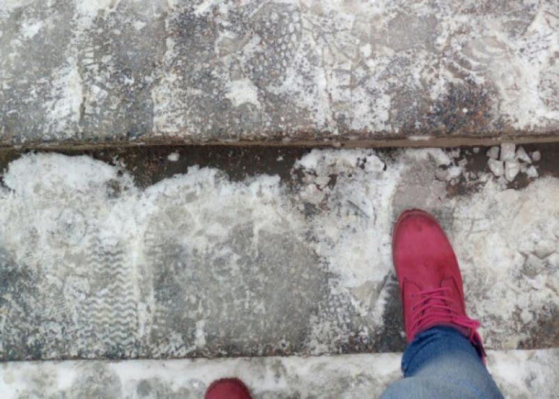 Скользская дорожка: смоляне жалуются на состояние перехода под Беляевским путепроводом