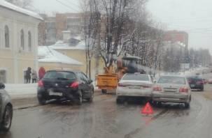 День жестянщика и пробок продолжается. ДТП на Тенишевой в Смоленске создало очередную пробку