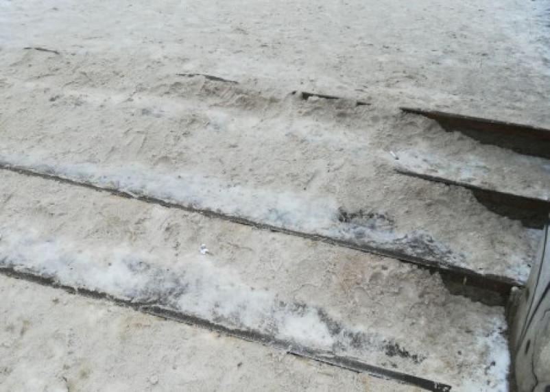Падение с обледенелой лестницы едва не стоило смолянину жизни