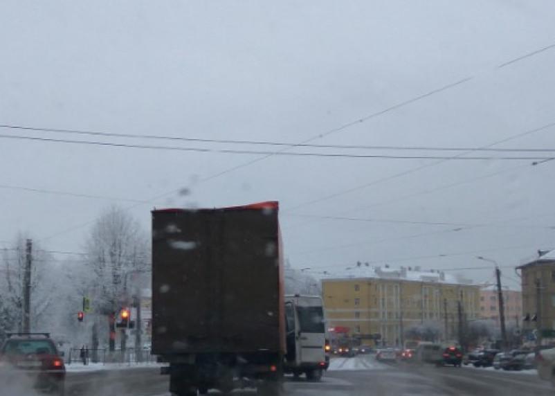 «Мешают проезду». В Смоленске столкнулись грузовик и маршрутка