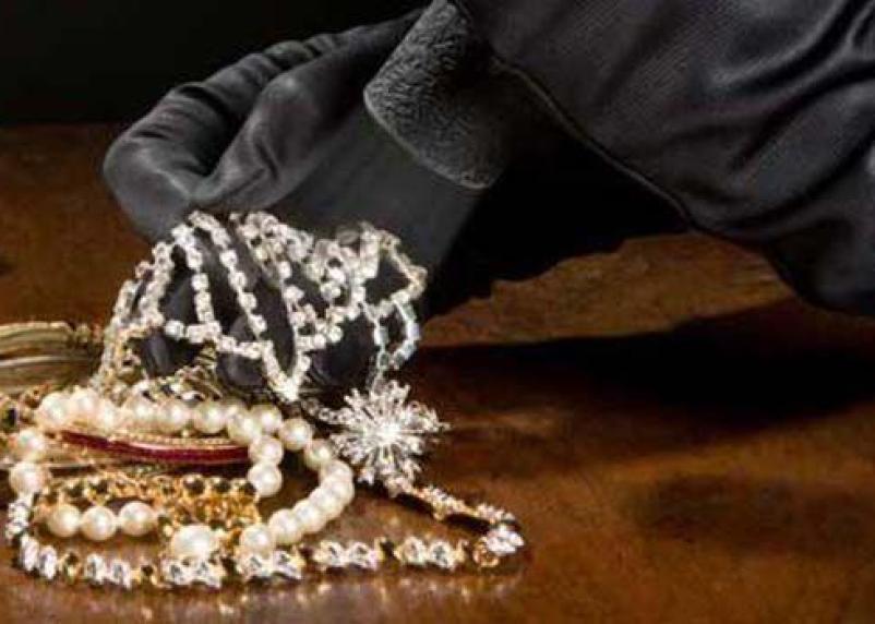 У смолянки вместе с гостями исчезло золото на 100 тысяч рублей