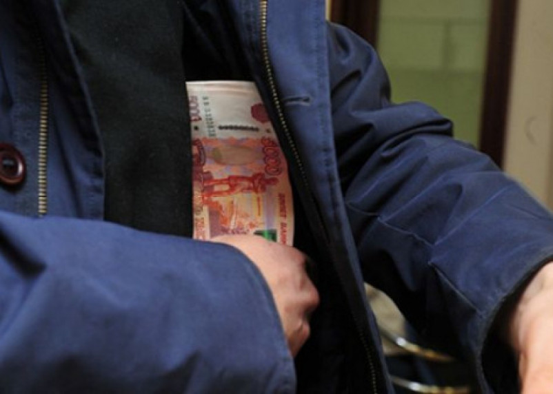 Знакомый украл у смолянки документы, деньги и украшения