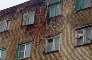 Прокуратура заставила сафоновского главу отремонтировать фасад разваливающегося дома